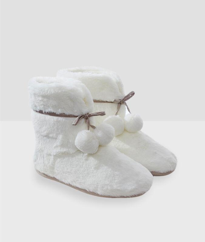 Chaussons bottines à pompons écru.