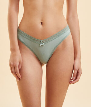 Tanga in V-Form mit Spitzendetails;${refinementColor}